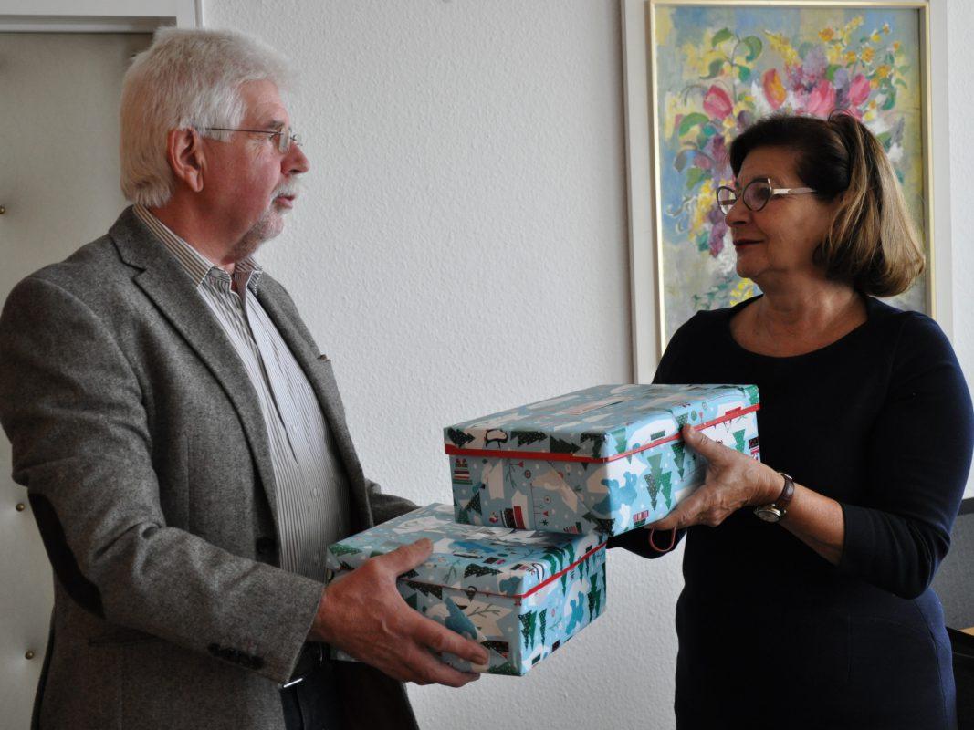 Das erste Päckchen wurde übergeben. Foto: Stadt Schweinfurt, Kristina Dietz
