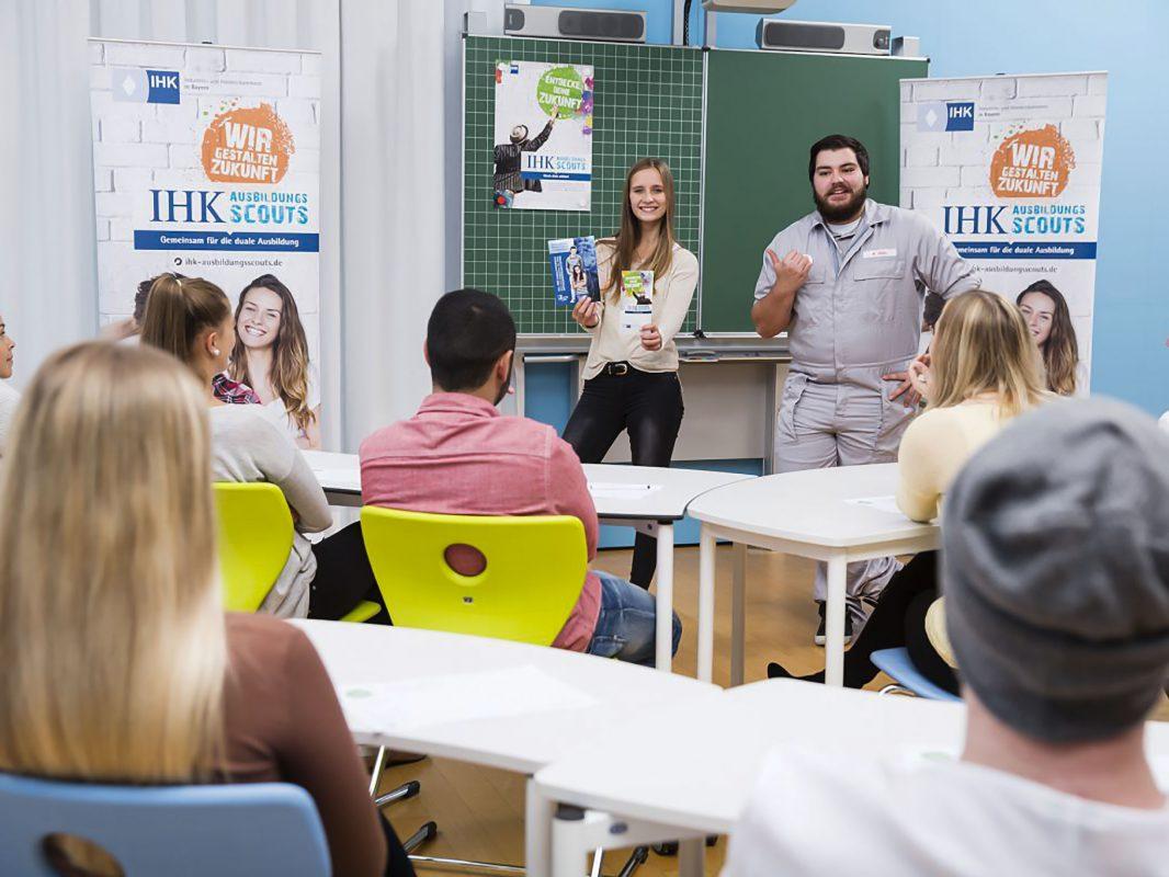 Die AusbildungsScouts der IHK Würzburg Schweinfurt klären an Schulen über Ausbildungsmöglichkeiten auf. Foto: Goran Gajanin für den BIHK