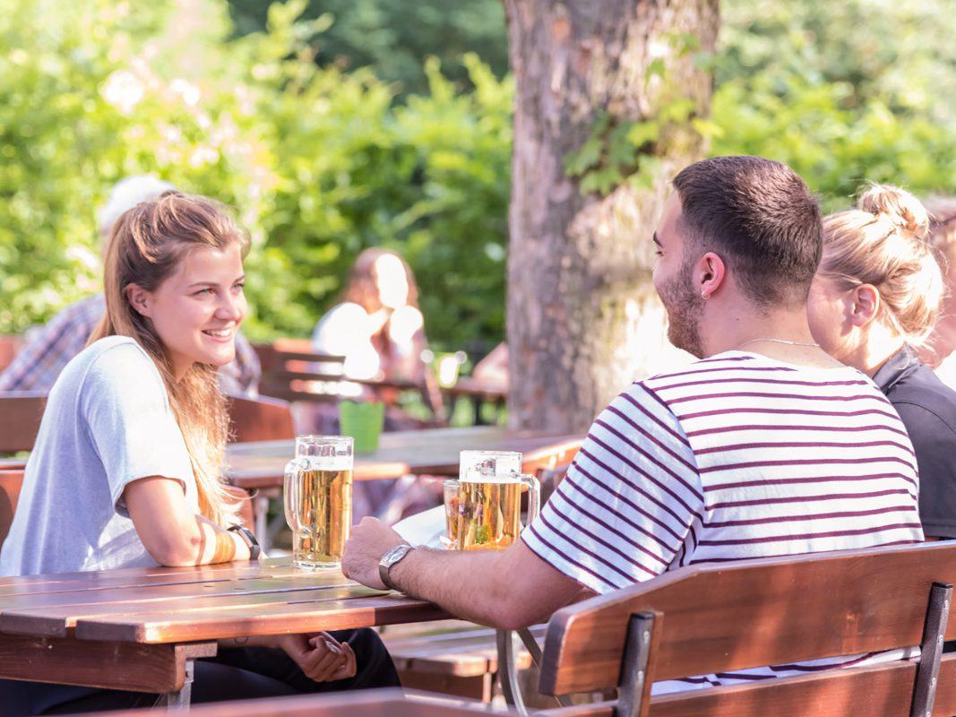 Biertrinken im Biergarten. Symbolfoto: Pascal Höfig
