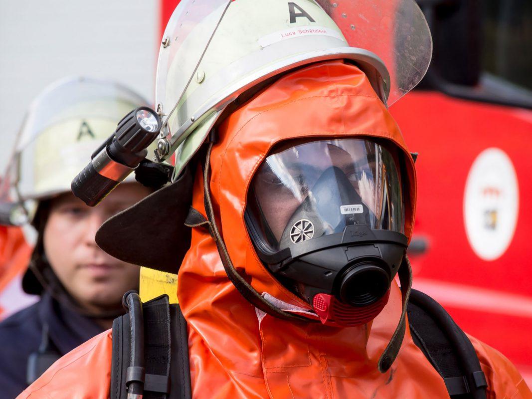 Feuerwehrmann mit Schutzanzug. Symbolfoto: Pascal Höfig