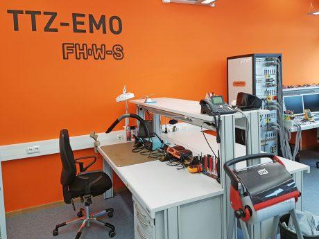 Arbeitsplatz und Batteriesimulator. Foto: FHWS