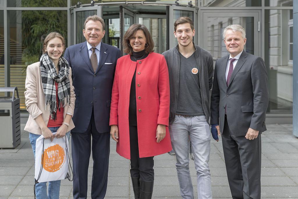 Ausbildungsscouts mit Wirtschaftsministerin Ilse Aigner. Foto: altrofoto.de