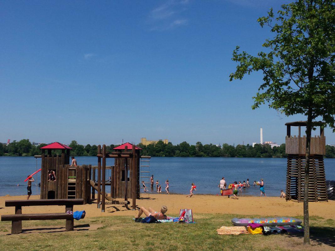 Ein beliebtes Ausflugsziel: Der Baggersee am Schweinfurter Kreuz. Foto: SWity