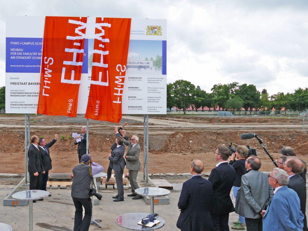 Enthüllung des Bauschildes auf dem Areal der ehemaligen Ledward Barracks. Foto: FHWS/Klein