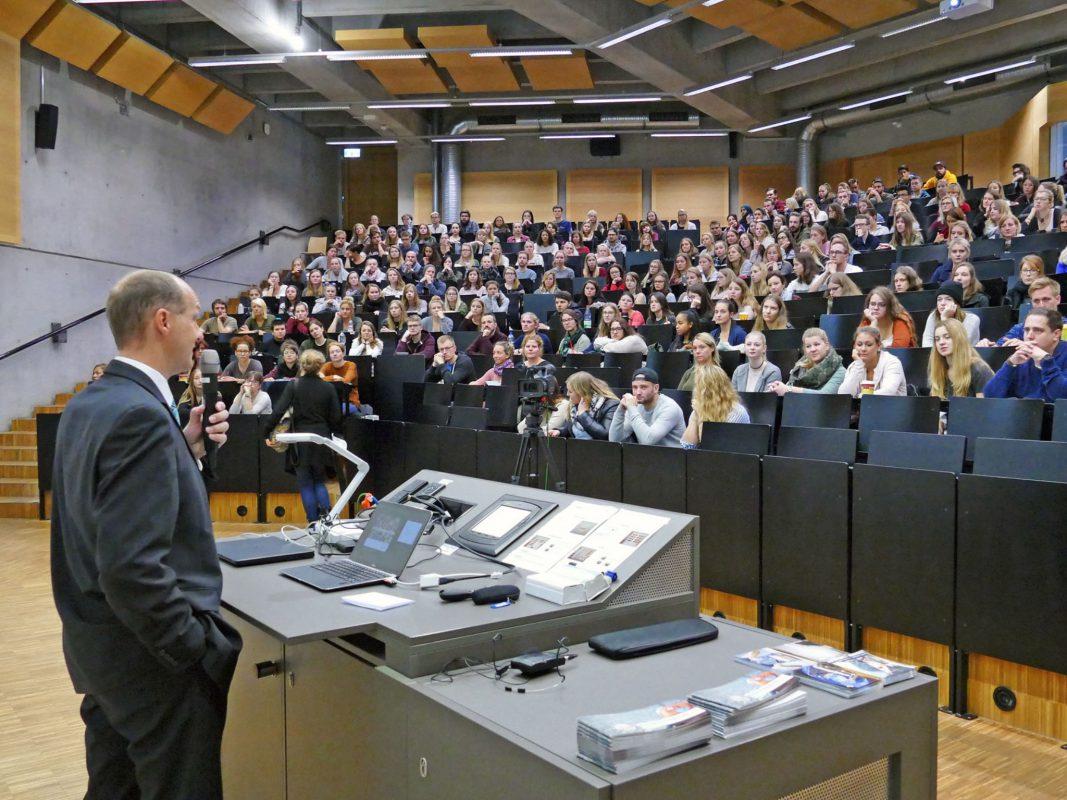 FHWS-Präsident Professor Dr. Robert Grebner beglückwünschte die Erstsemester-Studierenden zur Wahl des Studiums an der Hochschule Würzburg-Schweinfurt. (Foto FHWS / Klein)