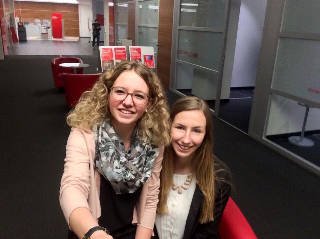 Die Azubinen Gina und Sarah der Sparkasse Schweinfurt. Foto: Gina Dümpert