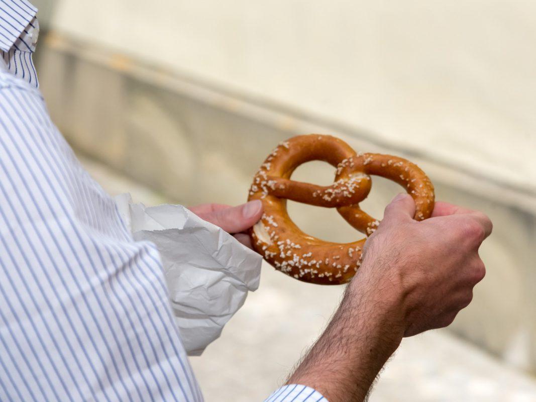 Der perfekte Pausensnack: eine frische Brezel. Foto: Pascal Höfig