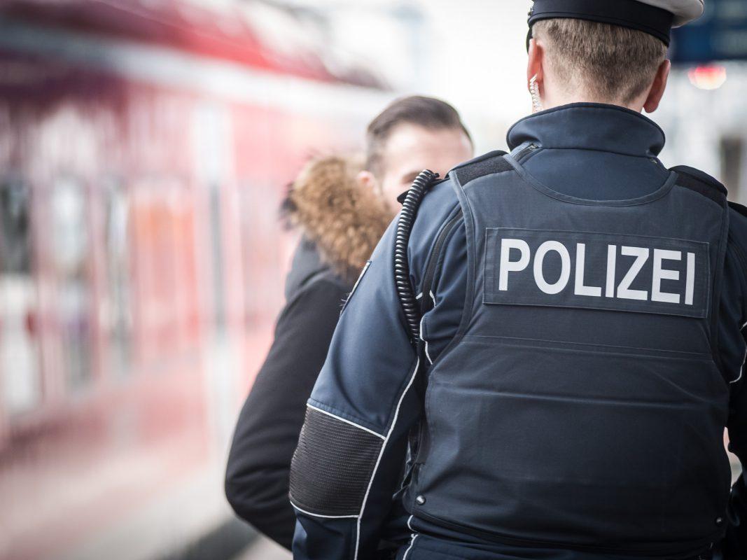 Bundespolizisten auf Streife im Hauptbahnhof Würzburg - Foto: Pascal Höfig