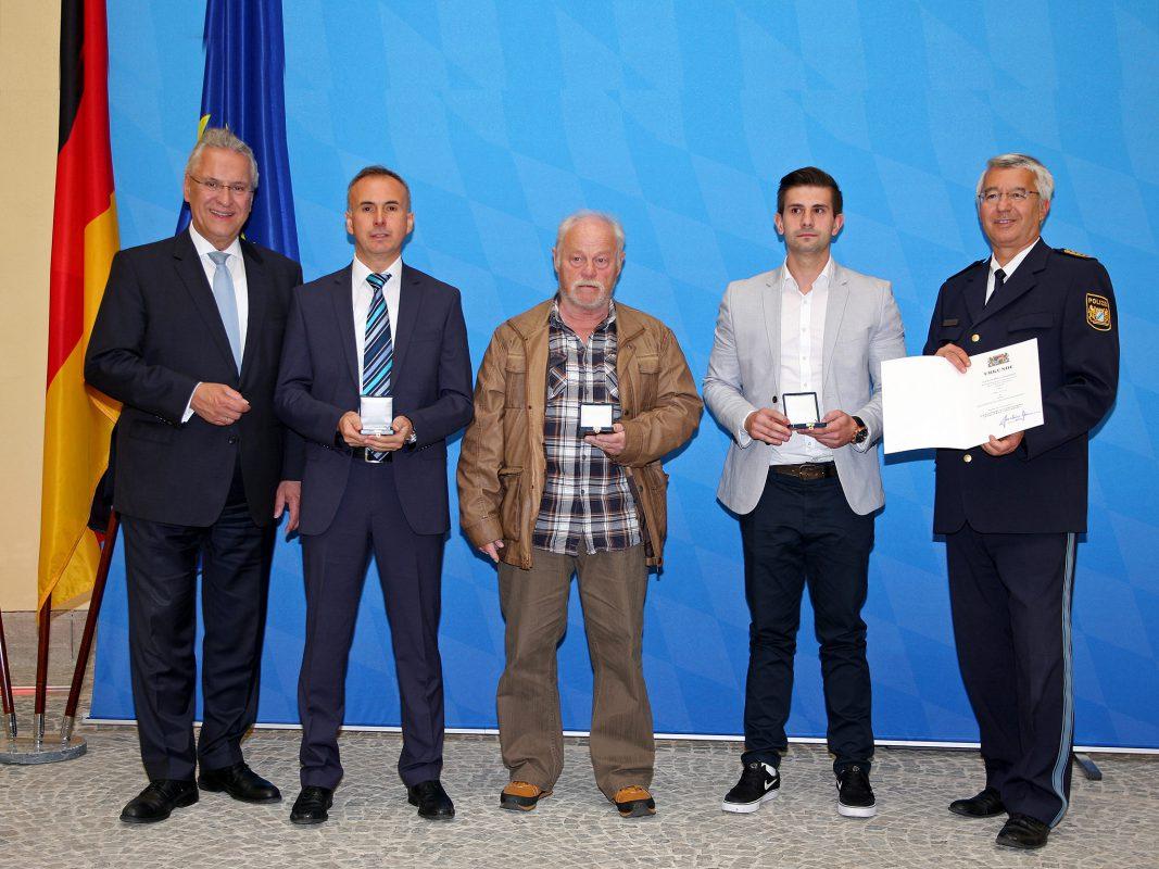 Innenminister Joachim Herrmann ehrte Bürgerinnen und Bürger mit der 'Courage-Medaille'. Foto: Christoph Schedensack/stmi