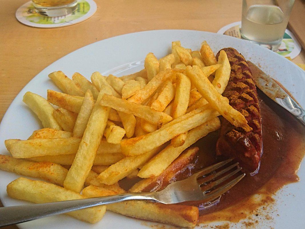 Currywurst mit Pommes. Foto: Barbara Duna