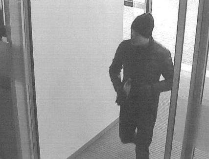 Nach dem Einbruch am 21.10.2015 hob der unbekannte Täter an verschiedenen Geldautomaten Geld ab. Foto: Polizei