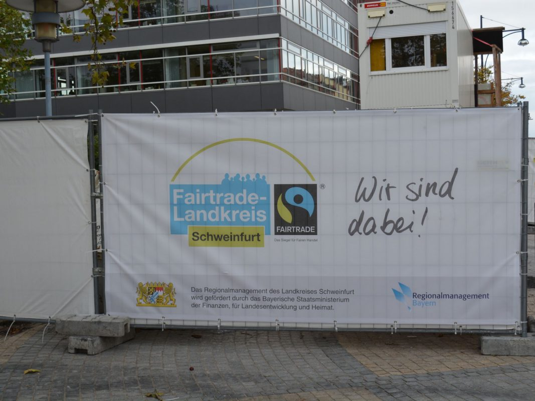 Das Fairtrade-Banner am Landratsamt macht auf die Fairtrade-Initiative aufmerksam. Foto: Landratsamt Schweinfurt, Uta Baumann