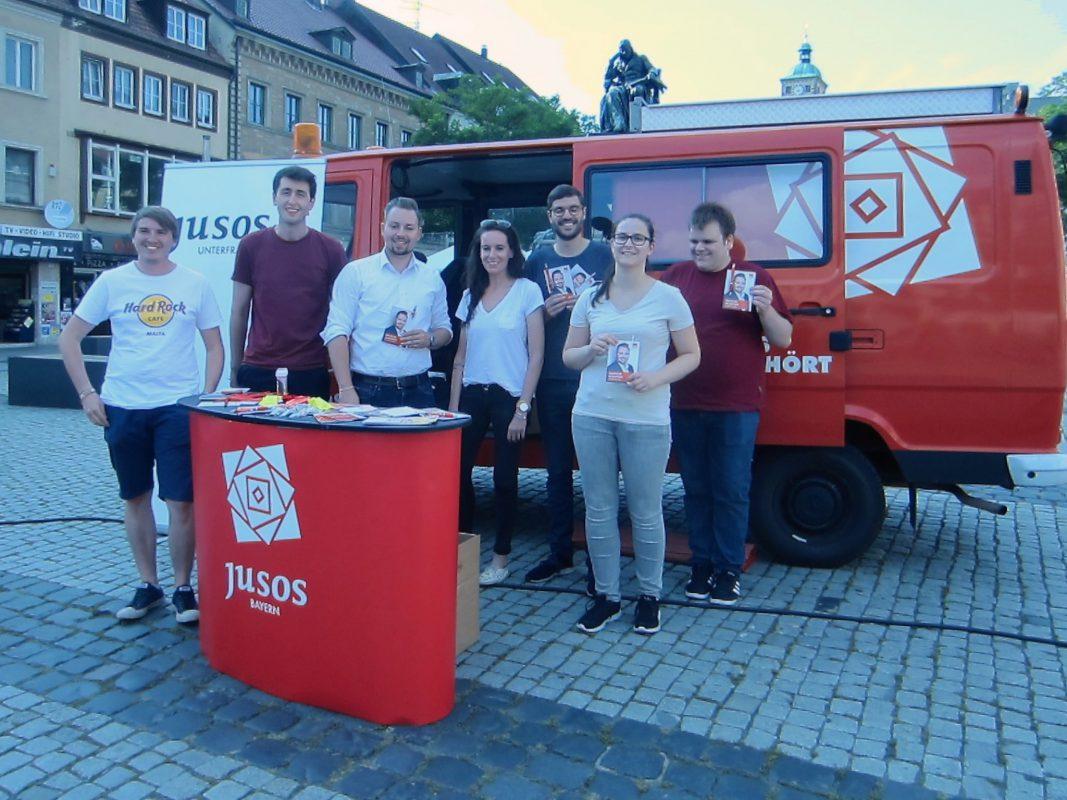 Die Jusos Unterfranken mit dem roten Bus am Schweinfurter Marktplatz. Foto: Isabella Walter/Bayern SPD