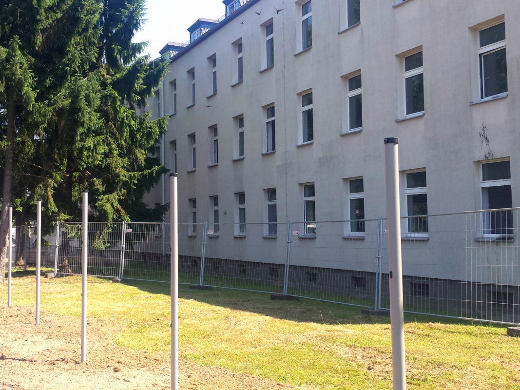 Seit dem 1. Juli 2015, hat die neue Erstaufnahmeeinrichtung (AE) auf dem ehemaligen Kasernengelände für Flüchtlinge und Asylbewerber in Schweinfurt eröffnet. – Foto: SWity