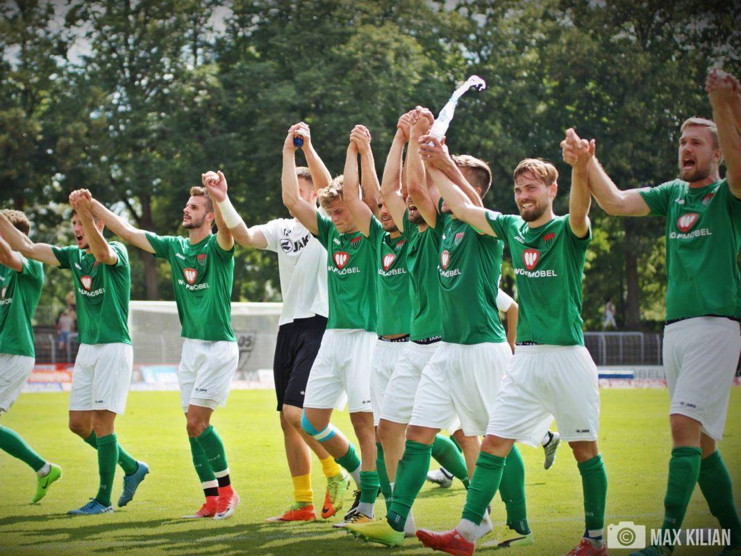 Die Spieler des 1.FC Schweinfurt 05 feiern Ihren Sieg. Foto: Max Kilian