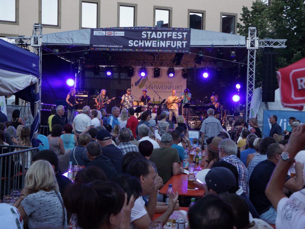 Die Stadtfest Bühne auf dem Marktplatz verspricht auch in diesem Jahr wieder ein tolles Programm. Foto: Blues Agency Schweinfurt.