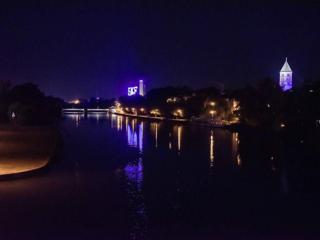 SKF Gebäude bei Nacht. - Foto: Pascal Höfig
