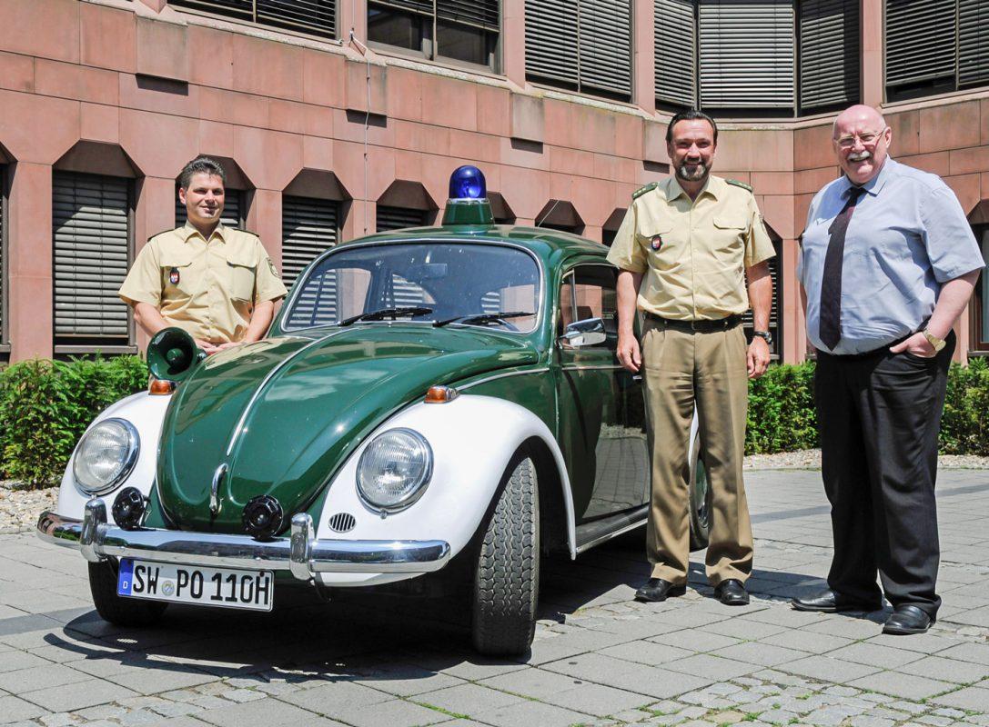 Der uniformierte VW Käfer Baujahr 1970, stilecht mit weißen Kotflügeln und Blaulicht auf dem Dach. Die stolzen Besitzer: Bürgermeister der Gemeinde Sennfeld Herr Emil Heinemann und seine Frau. Foto: Polizei