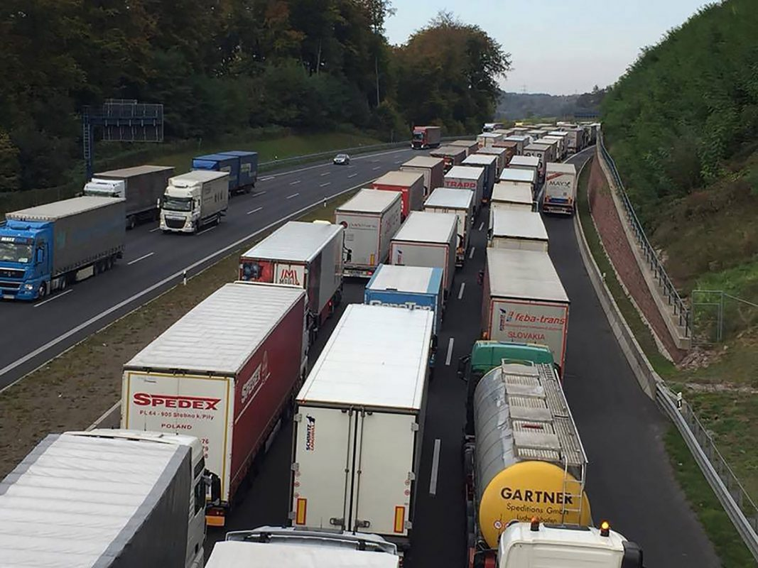 Unglaublich. Alle Fahrspuren sind vollständig von Sattelzügen blockiert. Foto: Feuerwehr Waldaschaff