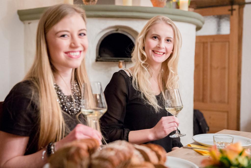 Die beiden Kandidatinnen der Wahl zur 3. Schweinfurter Weinprinzessin bei der Weinkunde. Foto: mainzucker Fotografie & Gestaltung