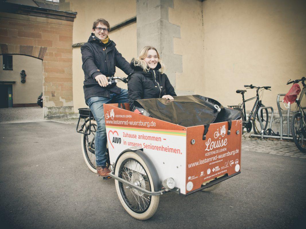 """Mit """"Louise"""" ist man auf den Straßen zügig unterwegs. Unserer Praktikantin Luisa gefällt's. - Foto: Marcel Gollin"""