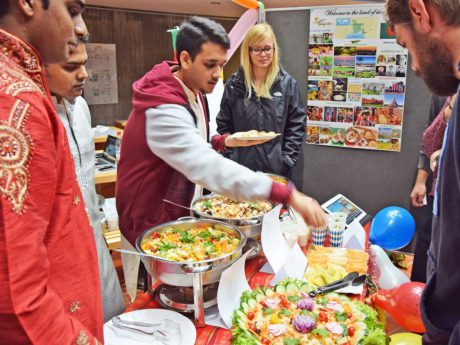 Internationale wie deutsche Studierende offerieren landesspezifische Gerichte. Foto FHWS-Archiv