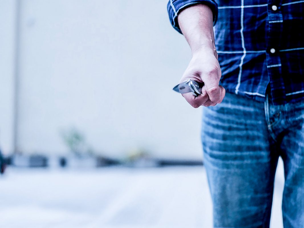 Angriff mit Messer. Symbolfoto: Pascal Höfig