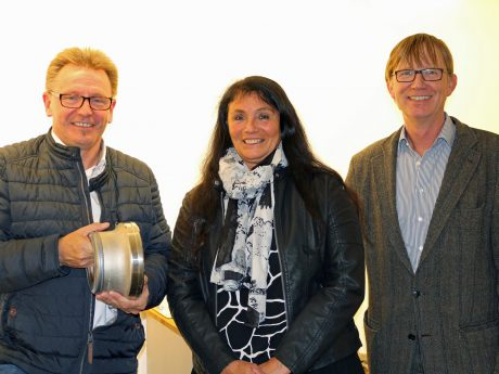 """Freuten sich gemeinsam über den """"Logistics Award"""" von Schmitz Cargobull (v.l.): Karsten Zuhl, Sigrid Diemer und Christian Knoche von SKF. Foto: SKF"""