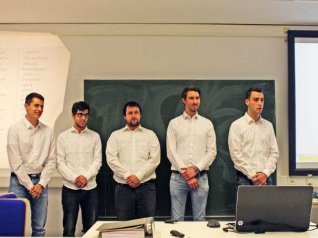 Team 15 mit Marc Hagemann, Timur Orta, Yannick Grünewald, Ralf Stöhling und David Betzer erläuterten der Jury ihren Lösungsansatz. Foto: FHWS | Klein