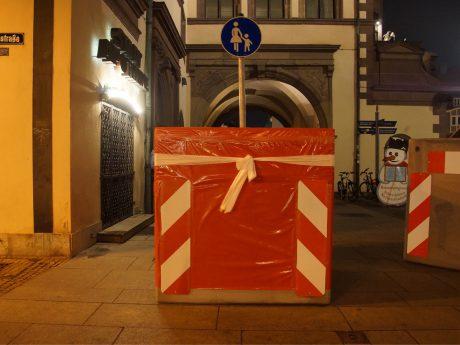 Verpackte Einfahrtssperren auf dem Schweinfurter Weihnachtsmarkt. Foto: Dominik Ziegler