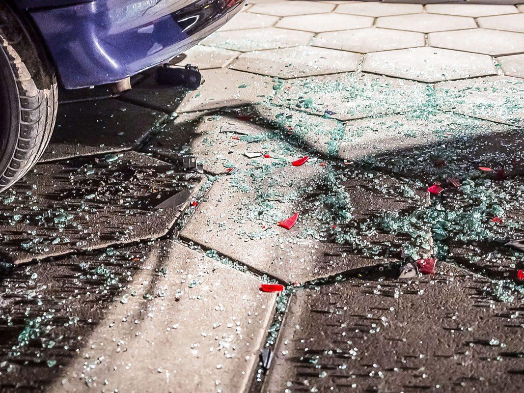 Scherben eines Pkw-Rücklichtes am Boden . Symbolfoto: Pascal Höfig