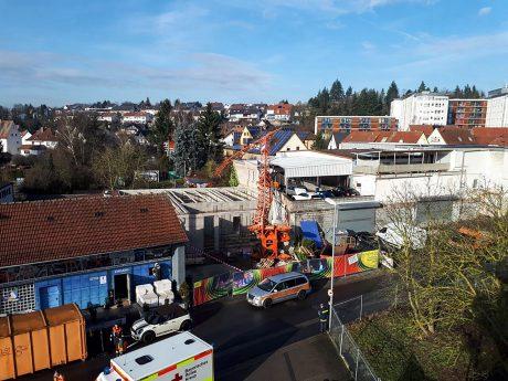 Der Baukran stürzte um und richtete dabei einen geschätzten Gesamtschaden von rund 100.000 Euro an. Foto: Polizei