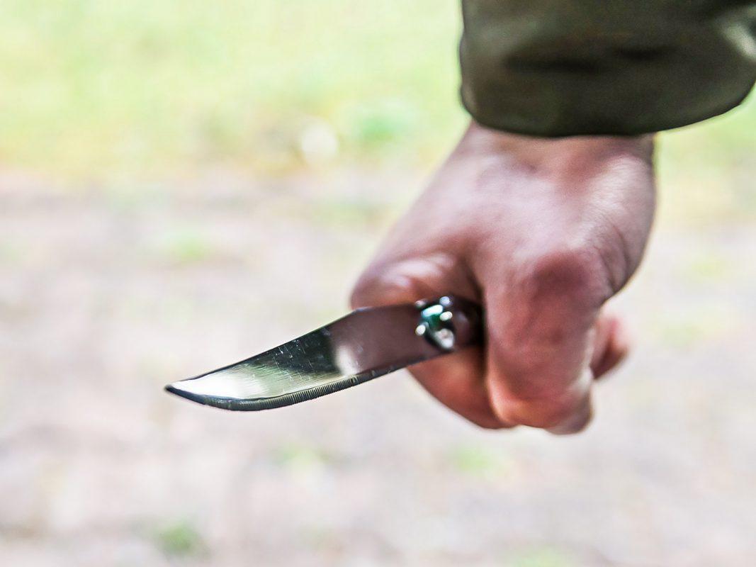 Drohung mit einem Messer. Symbolbild: Pascal Höfig