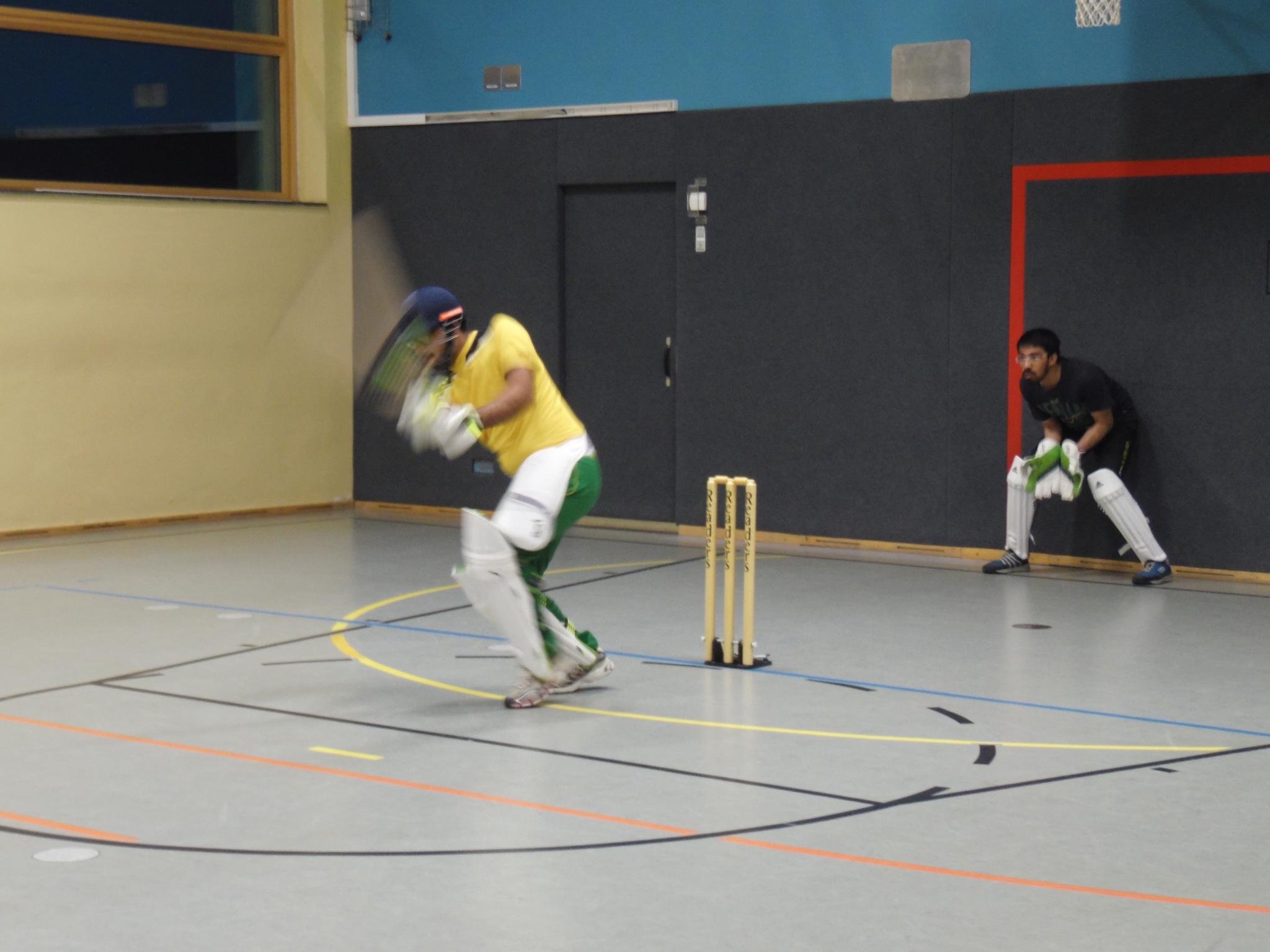 Cricket in der Turnhalle der Auenschule. Foto: Ronald Kraatz/ISB
