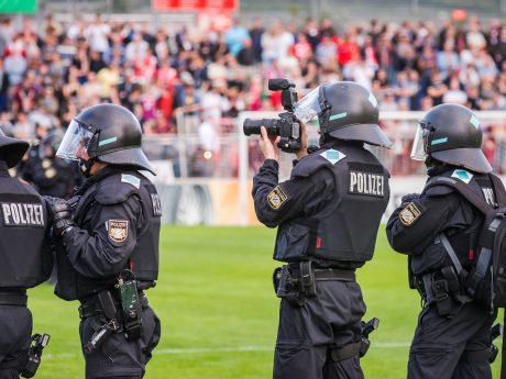 Einheiten der Polizei im Stadion. Symbolbild: Pascal Höfig