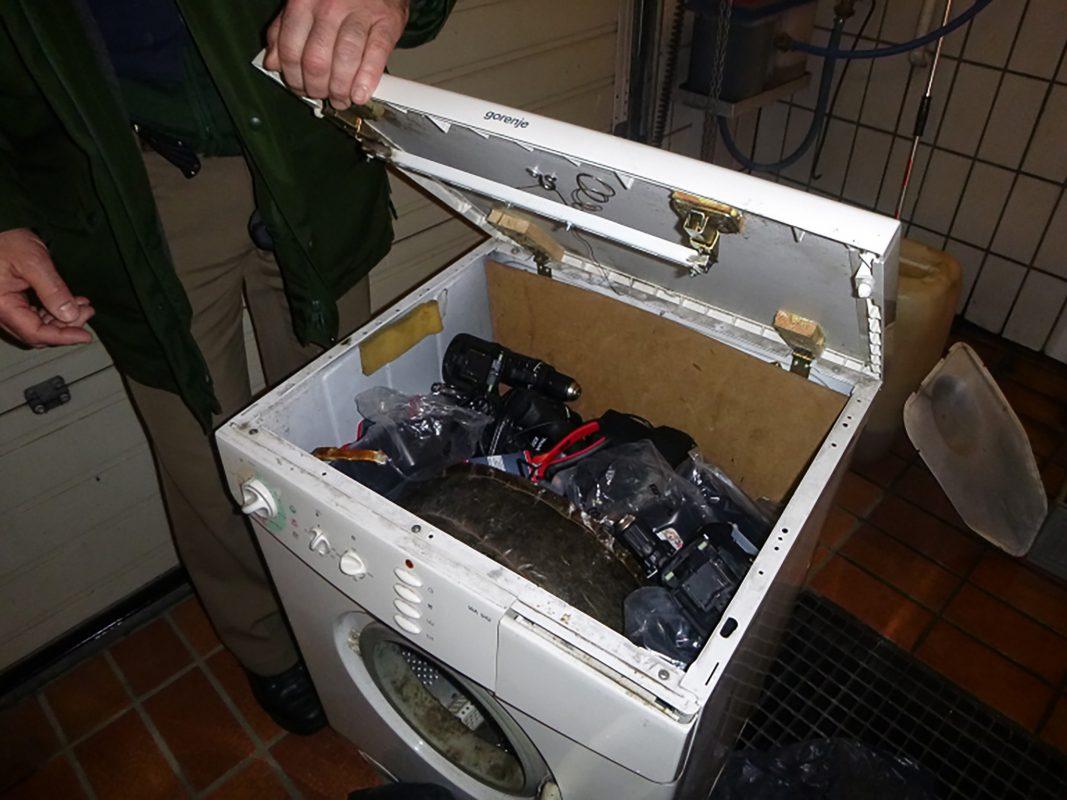 Zahlreiche neuwertige Elektrowerkzeuge in der präparierten Waschmaschine. Foto: Polizei