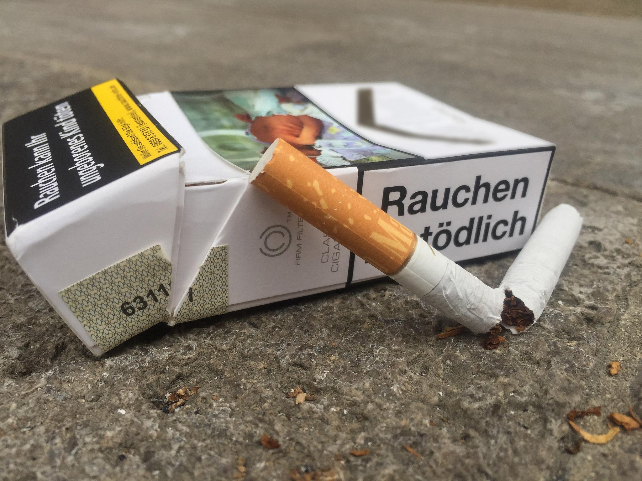 Zigarettenschachtel mit Zigarette. Symbolbild: Pascal Höfig