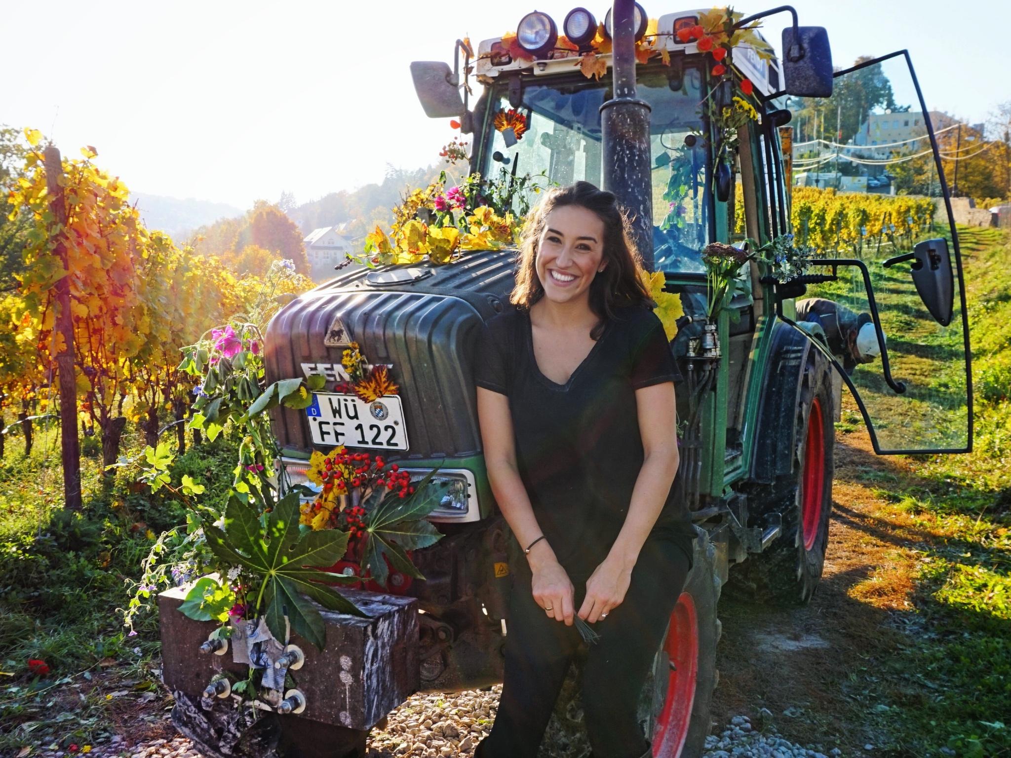 Jana mit ihrer Arbeitsmaschine - Foto: Franziska Schömig
