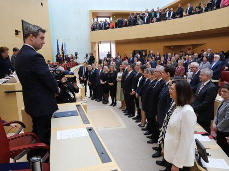 Ministerpräsident Dr. Markus Söder (links) und die neuen Kabinettsmitglieder nach der Vereidigung. Foto: Staatsregierung