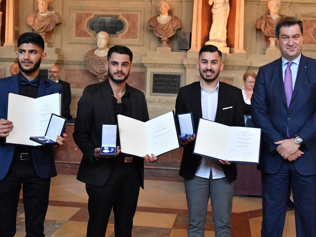 Fawaz Al Ibrahim, Motaz Alibrahim und Tolga Karabal mit Minsterpräsident Söder. Foto: Bayerische Staatskanzlei/Rolf Poss