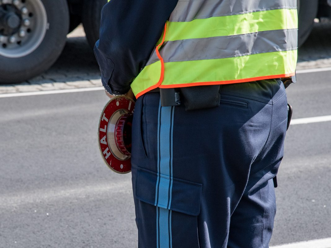 Polizeibeamter bei einer Verkehrskontrolle. Foto: Pascal Höfig