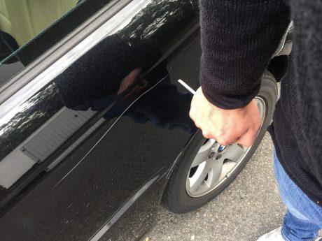 Mutwillige Beschädigung an einem Auto. Symbolfoto: Pascal Höfig