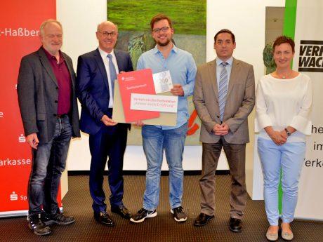 v.l. Adi Schön, Johannes Rieger (Sparkasse) , Gewinner Maxim Starodub, Pedro Stöth (Sparkasse) und Diana Ruppert ( Verkehrswacht Schweinfurt). Foto: Alexandra Lang