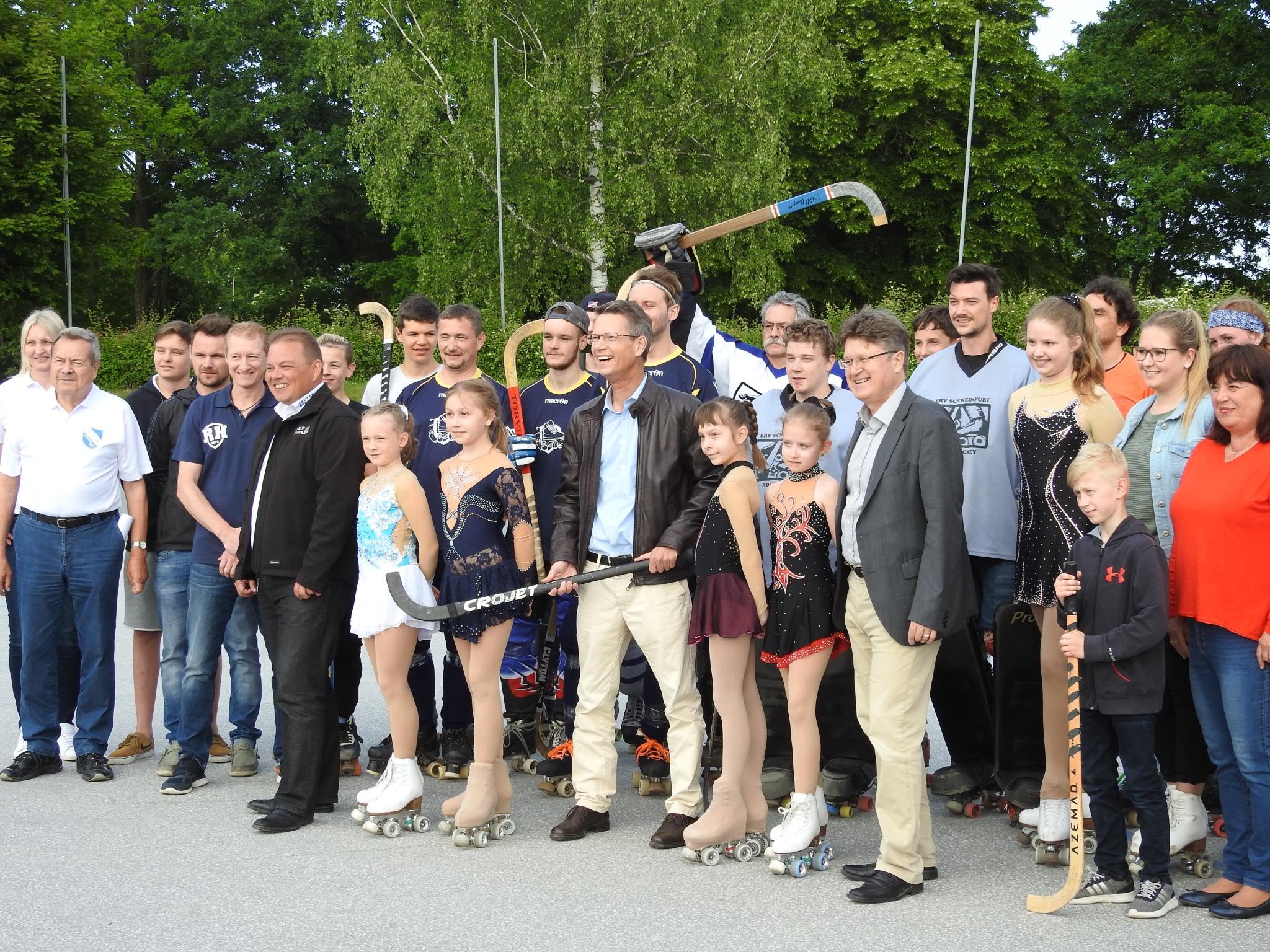 Oberbürgermeister Remelé übergibt die Anlage offiziell an den ERV. Foto: Dirk Flieger