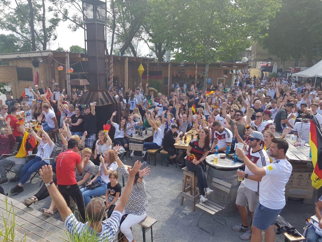 Public Viewing am Stadtstrand in Schweinfurt. Foto: Dirk Flieger