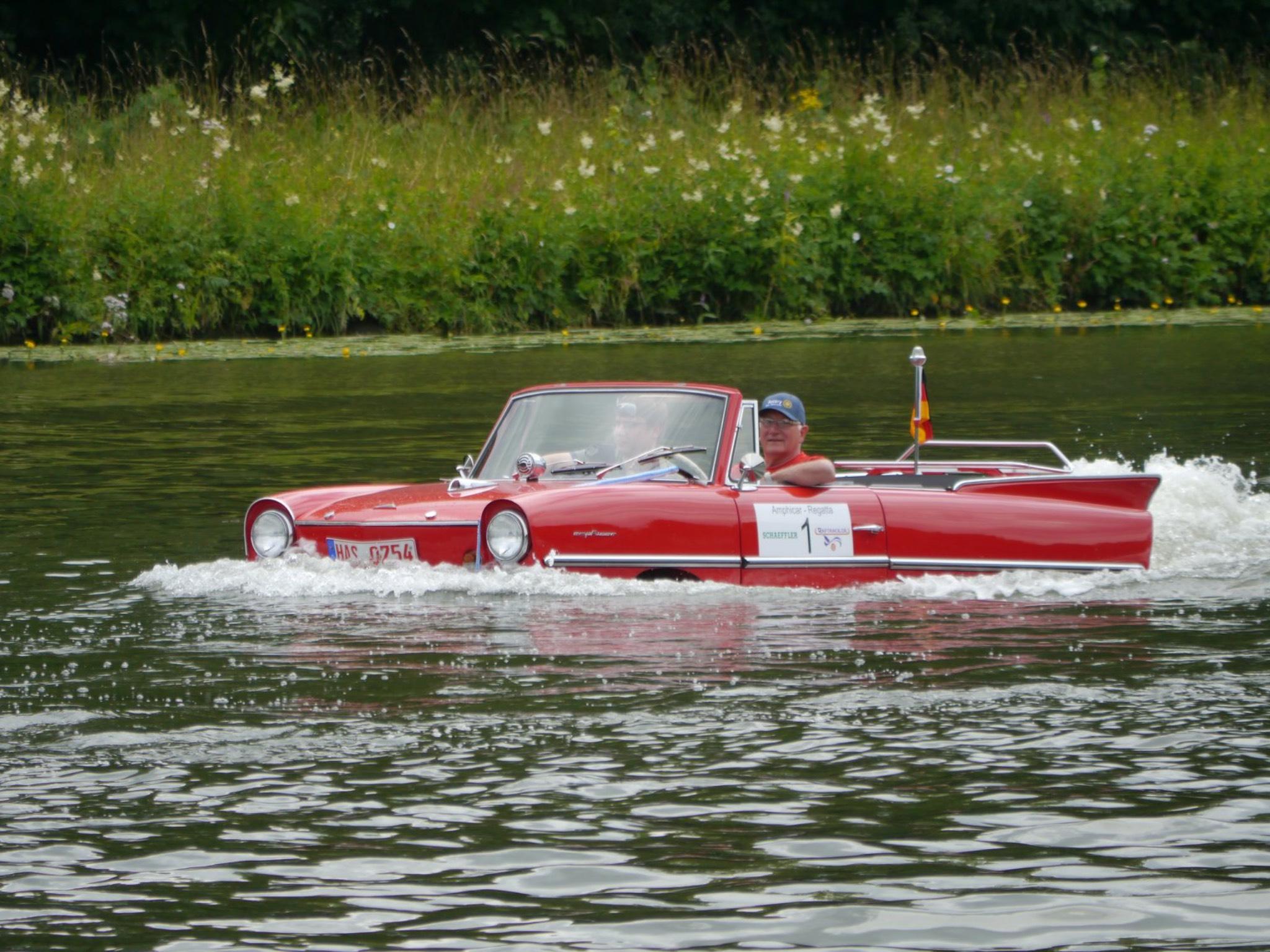Einzigartige Amphicar-Regatta. Foto: Helmut Ziegler