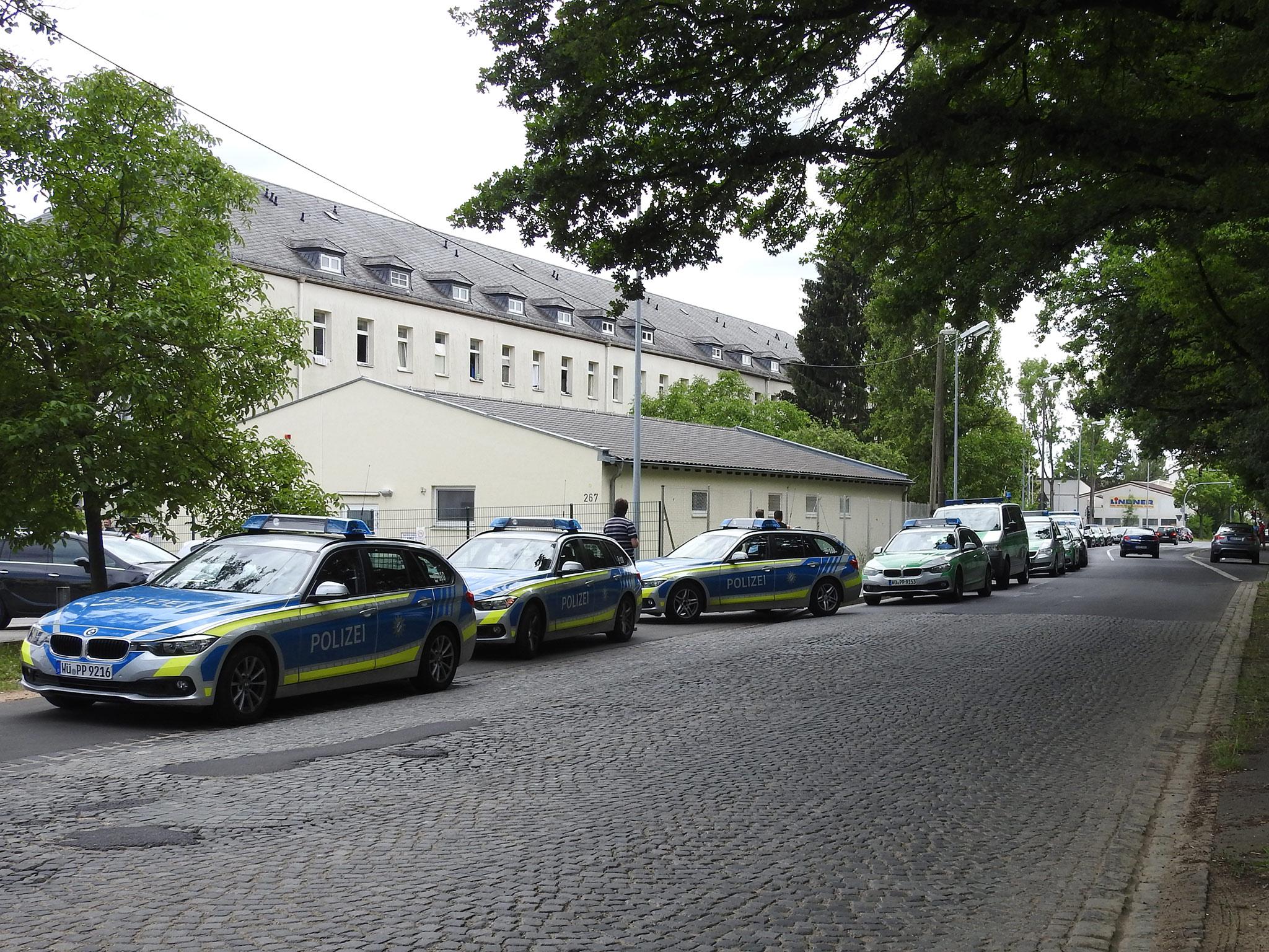Die Schweinfurter Polizei forderte daraufhin Unterstützung von umliegenden Dienststellen an. Auch Einsatzkräfte aus der Bereitschaftspolizei sowie der Rettungsdienst waren mit starken Kräften vor Ort. Foto: Dirk Flieger