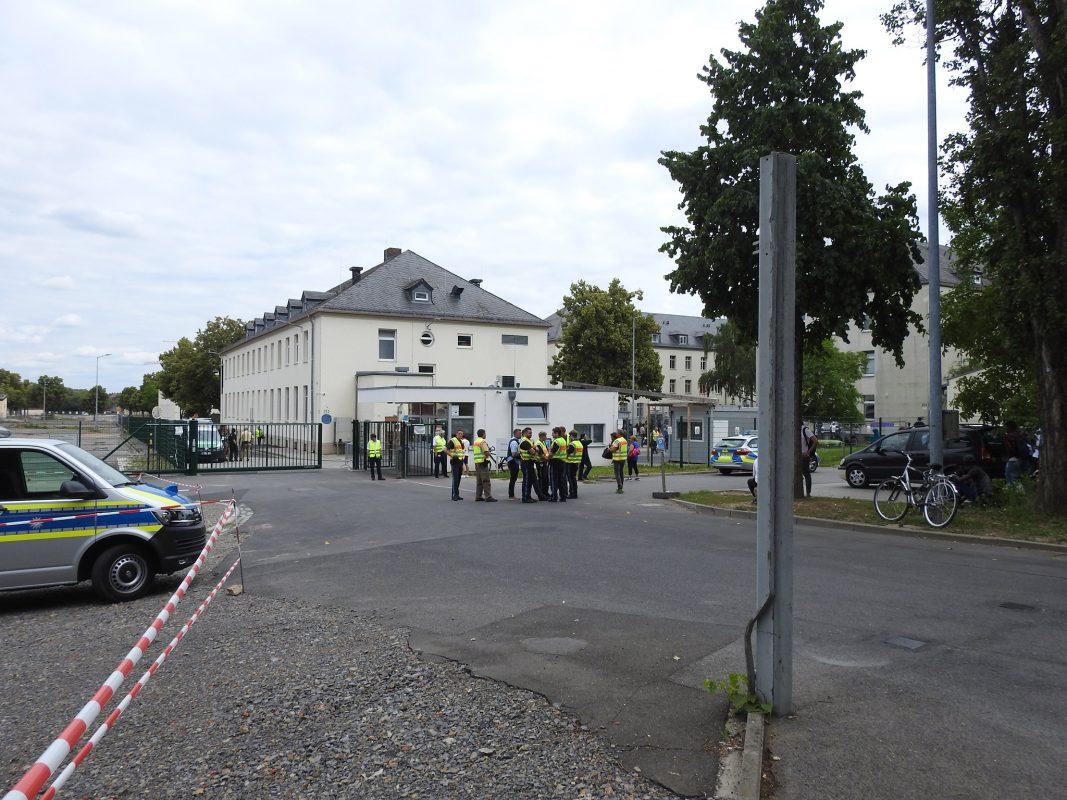 Eine Gruppe Bewohner hatte sich versammelt und zahlreiche Einsatzkräfte waren nötig, um die aufgeheizten Gemüter zu beruhigen. Foto: Dirk Flieger