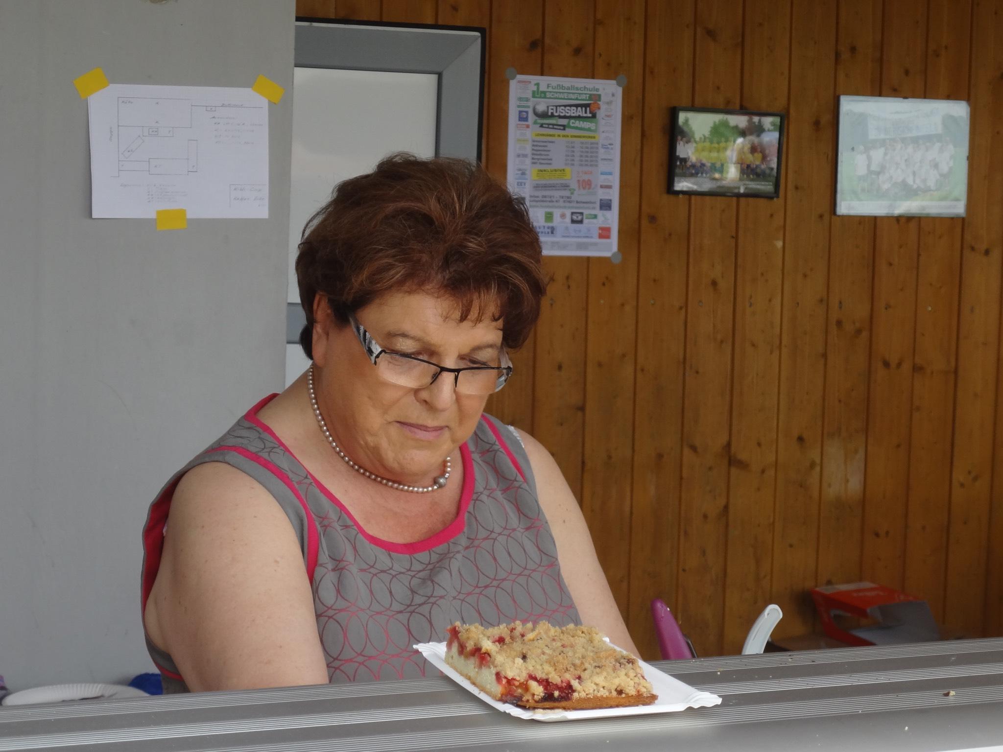 Landtagspräsidentin Barbara Stamm ist Schirmherrin und Kuchenverkäuferin beim KIWI-Cup. Foto: KIWI/Ernst Gehling