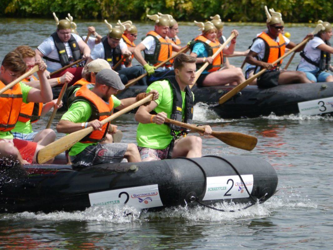 Spannende Rennen auf dem Main beim River Raft Race. Foto: Helmut Ziegler